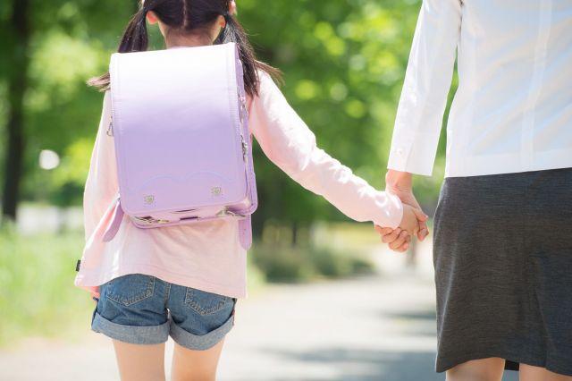 ダウン症でもわが子を地域で学ばせたいと、堀さんは毎日長女と登校した(画像はイメージ)