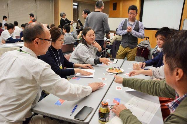 参加者約40人は質問のたびに「うーん」と悩みながら「YES」「NO」を選んでいた=熊本市中央区