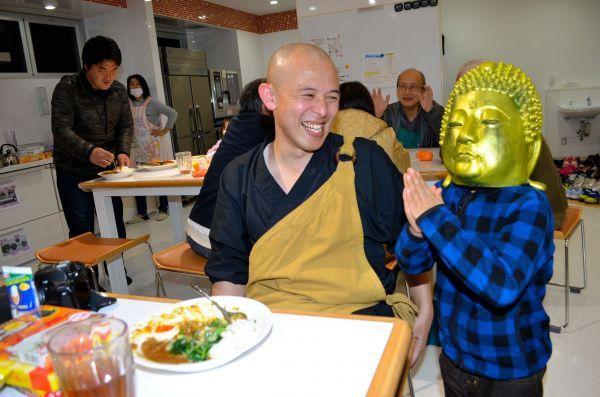 2月の「いきなりカレー」で、大仏マスクをかぶった子どもとカレー坊主さん=長崎県大村市