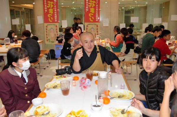 2月の「いきなりカレー」で、高校生たちと一緒にカレーを食べるカレー坊主さん=長崎県大村市