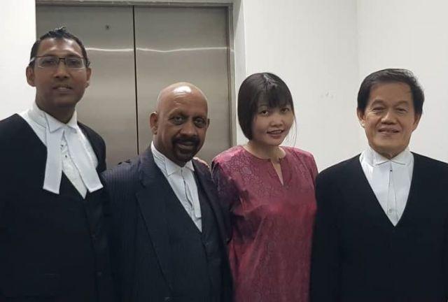 判決後に弁護団と記念撮影したフォン(右から2人目)=弁護団提供