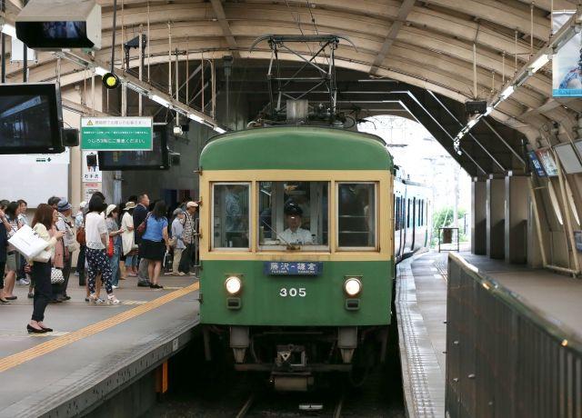 藤沢駅に入る江ノ電の車両