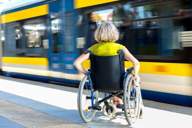 列車や駅における、車いすユーザーへの対応。鉄道会社は、どう考えているのか? 支えたいけれど、限界もある…そんな本音に迫ります。(画像はイメージ)