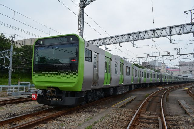 JR東日本が運行する、山手線の最新車両「E235系」。全車両に、車いすやベビーカー用のフリースペースを備える。