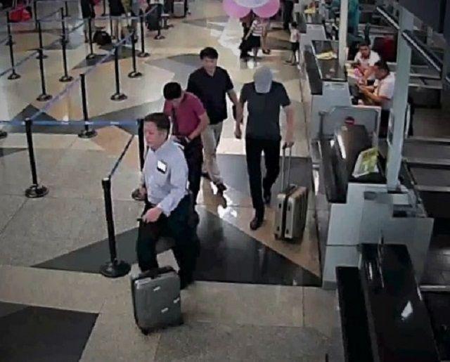 事件当日に記録された空港の監視カメラの画像。フォンが正男氏の顔に触るのを見届けた後、空港でチェックインを済ませて出国ゲートに向かう北朝鮮の男らが映っていた=関係者提供