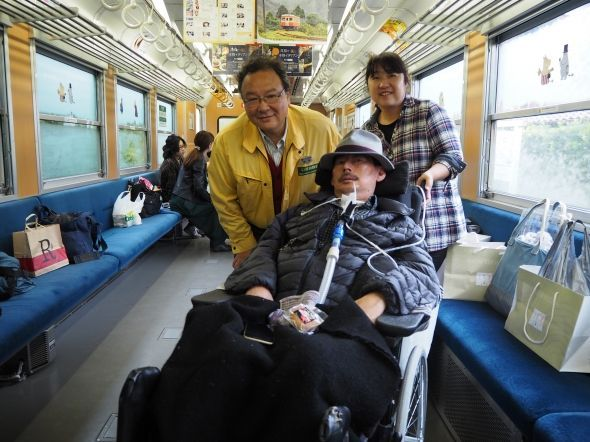 ALS患者を招いた、貸し切り列車運行時の一コマ。中央奥が鳥塚さん。