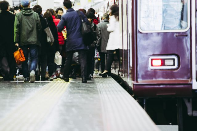 満員電車内では、人に押され、ベビーカーや車いすがひしゃげることもあるという。(画像はイメージ)