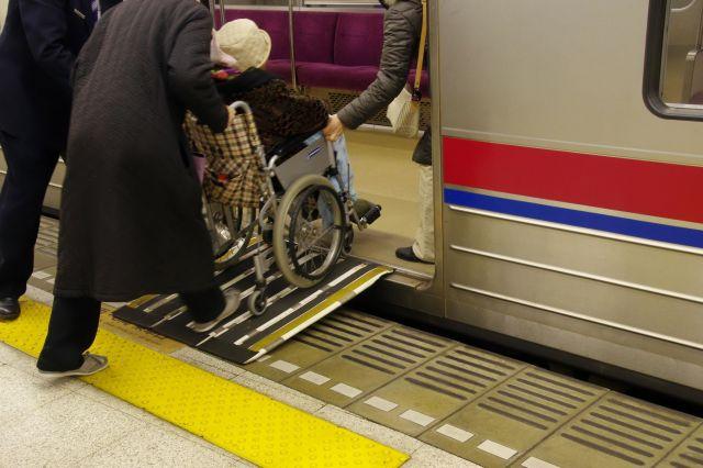 急いでいても、客が多い列車が来ると、乗るのを諦めざるを得ない場合も。車いす利用者が直面する現実だ。(画像はイメージ)