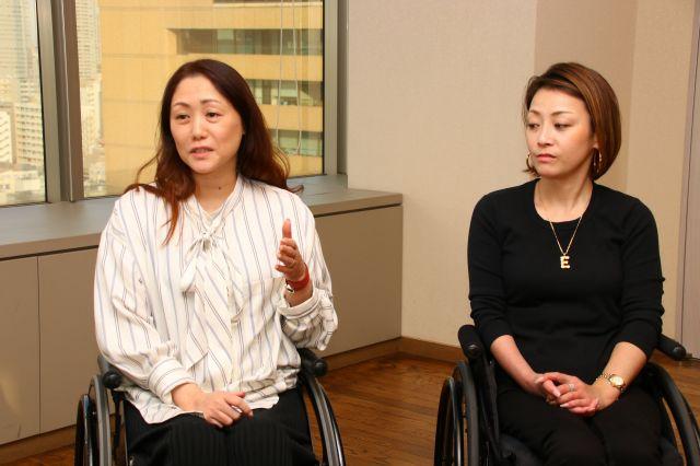 過去に参加した、講演会の様子について話す池田さん(左)と、耳を傾ける藤井さん。