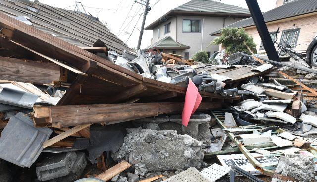 震災で壊れた住宅=2016年4月22日、熊本県益城町宮園地区