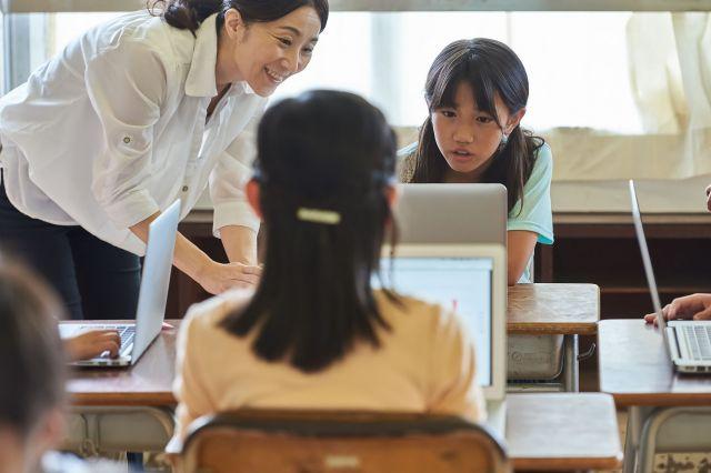 キーボードで自分の意思を伝えるツールがあれば、障害のある子でも、簡単にコミュニケーションが取れるようになる。(画像はイメージ)