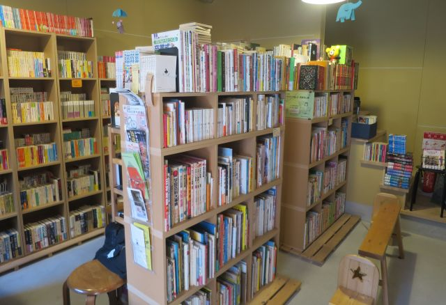 本で埋め尽くされた店内。いすも置いてあり、ゆっくりと選ぶことができる。