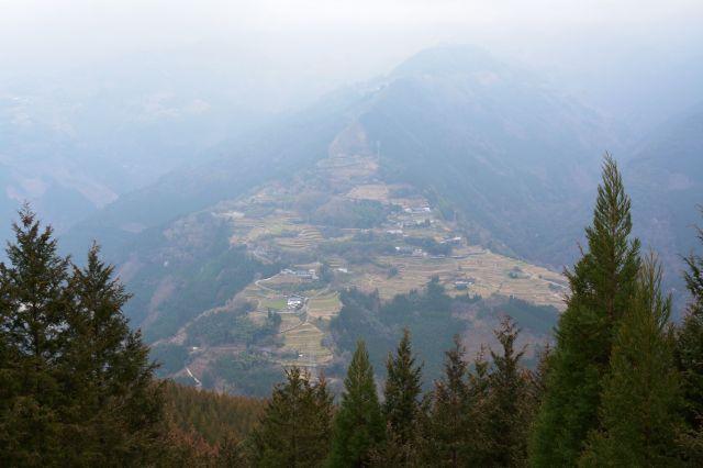 山間に集落が点在する椎葉村の風景