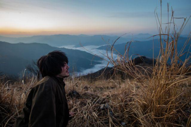 映画「しゃぼん玉」のワンシーン。雲海をバックにした主演の林遣都さん。映画には、宮崎県北部の壮大で美しい自然がふんだんに収められています©2016「しゃぼん玉」製作委員会