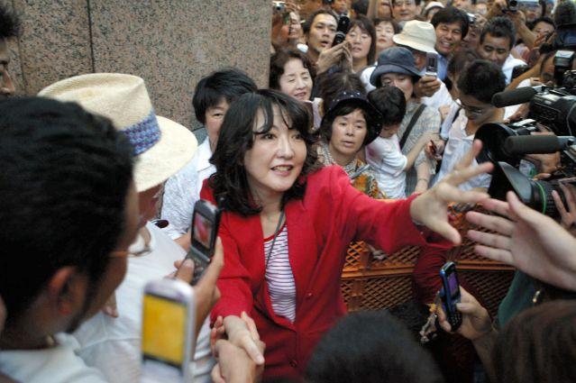 有権者に握手を求めて歩く片山さつき氏=2005年8月27日、静岡県浜松市のJR浜松駅前で