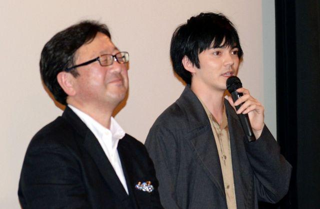 舞台あいさつに立つ主演の林遣都さん(右)と東伸児監督=2017年3月25日京都市下京区
