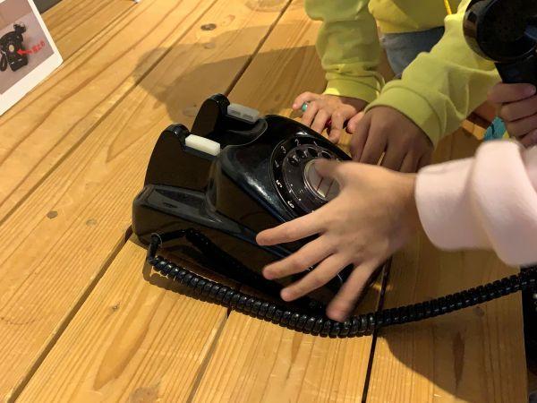 体験コーナーの黒電話は触ることができます