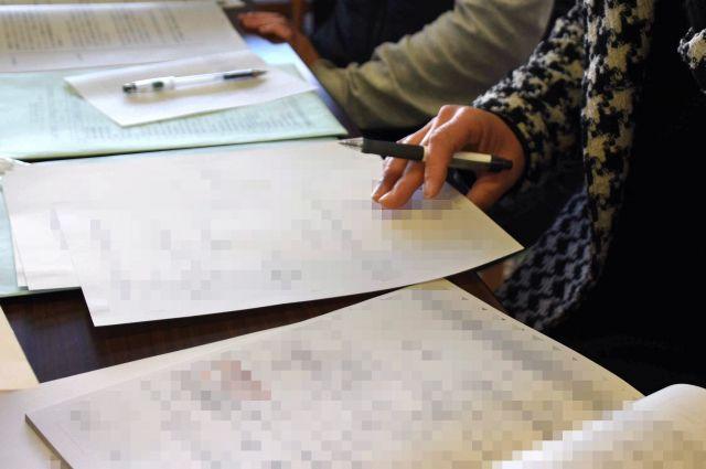 選管に提出する書類をチェックする。初めての選挙で、わからないことばかりだ(一部にモザイクをかけています)=4月上旬