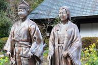 平清盛の子孫とされる鶴富姫(右)と、源氏の名将・那須与一の兄弟とされる那須大八郎の像=宮崎県椎葉村「鶴富屋敷」