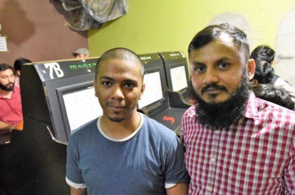 ゲームセンター「マニアックス」の店主ザミンさん(右)とアルスランさん