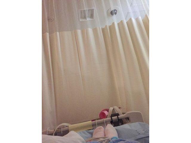 モカさんが入院中に撮影した写真。足先と病室を写した=モカさん提供