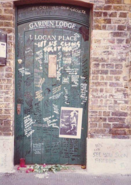 イギリスにあるフレディ・マーキュリーの邸宅のドアには、亡くなった後、多くのファンが悼むメッセージを書き込んだり、花を捧げたりしていた=1993年1月、吉田仁志さん撮影