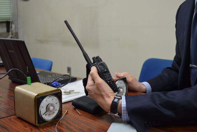 電流計(左)と白井先生が持っているのがアマチュア無線機
