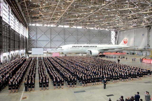 4月1日に羽田空港の格納庫で行われたJALグループの入社式(日本航空提供)