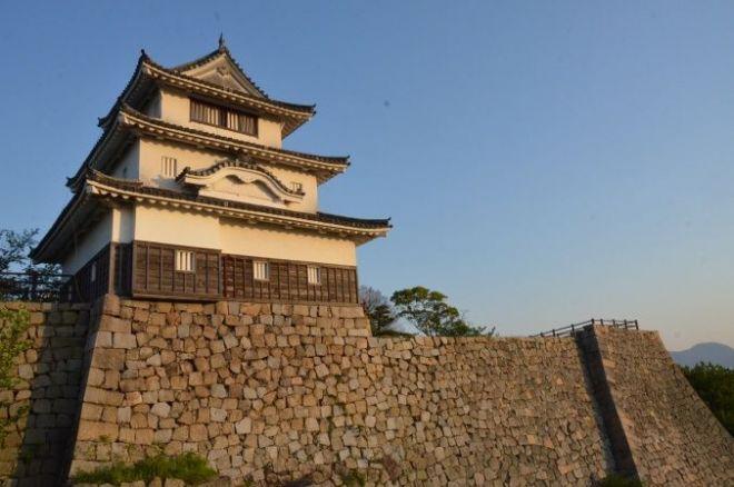 石垣の名城として有名で、その天守は現存十二天守の一つでもある丸亀城