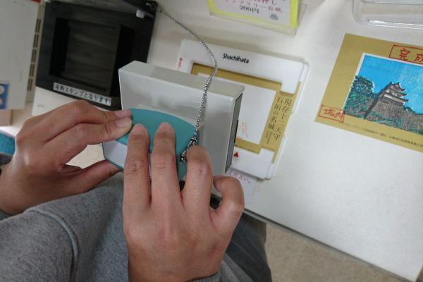 台紙を入れる専用の枠があるので簡単に押せます