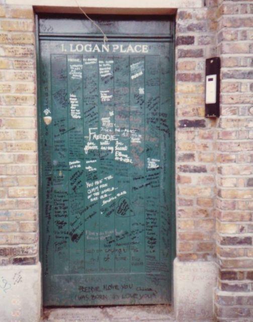 ファンのメッセージが書き込まれたフレディの邸宅のドア=1993年1月、吉田仁志さん撮影