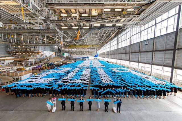 4月1日に羽田空港の格納庫で行われたANAグループの入社式(全日空提供)