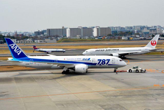 全日空機と日本航空機とアイベックスエアラインズ機=伊丹空港