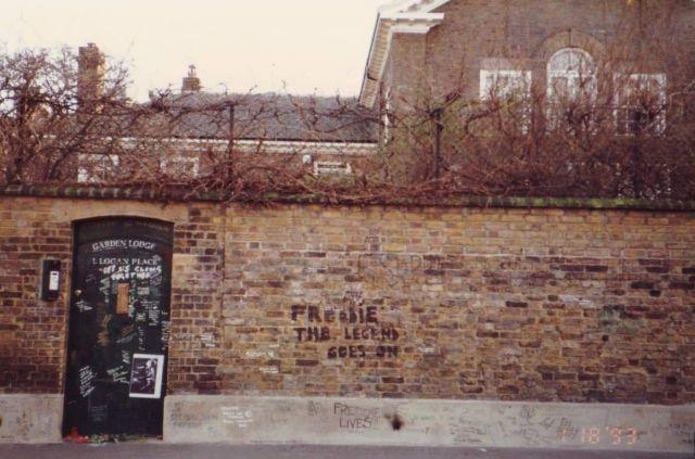 イギリスにあるフレディ・マーキュリーの邸宅。今もメアリーが住んでいるとされる=1993年1月、吉田仁志さん撮影