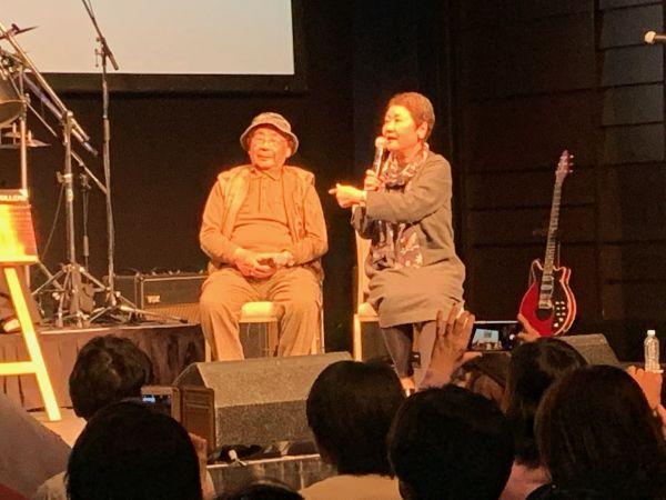 トークイベントで語る東郷かおる子さん(右)と長谷部宏さん