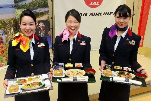 【2018年】奄美の食材を生かした機内食をPRする客室乗務員ら=いずれも奄美市名瀬