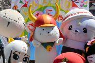 各地のキャラに13回目の誕生日を祝われるひこにゃん(中央)=滋賀県彦根市本町1丁目