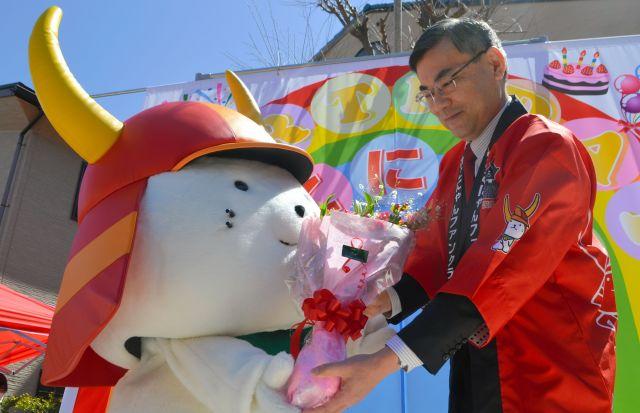 ひこにゃんファンクラブ会長の井伊直岳さんに花束を贈られるひこにゃん