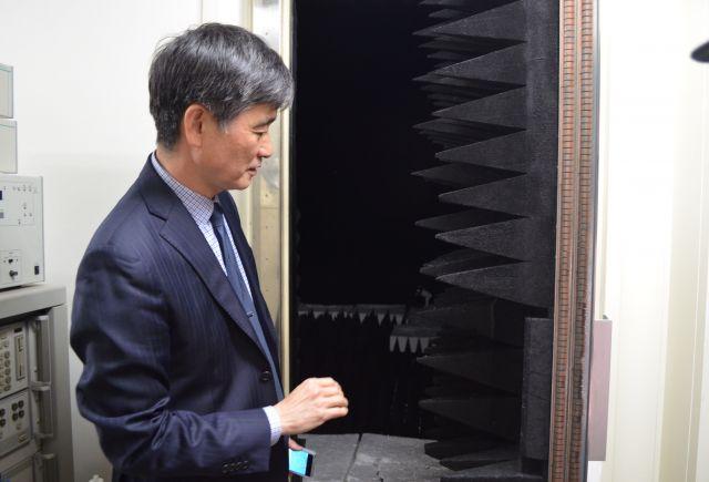 奥にあるのが「電波暗室」。壁からトゲトゲがはえている