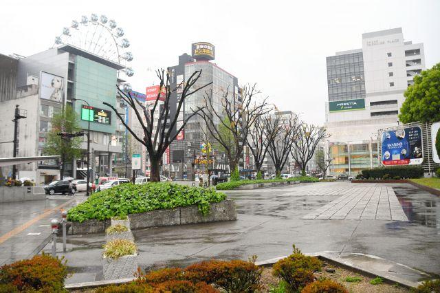 若者に話を聞いた名古屋市中区の栄広場=名古屋市、西岡矩毅撮影