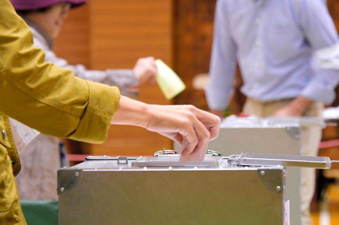 投票する人たち