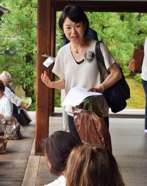 文化財に詳しく、寺や神社を巡る街歩きの講師も務める澤野ともえさん=京都市
