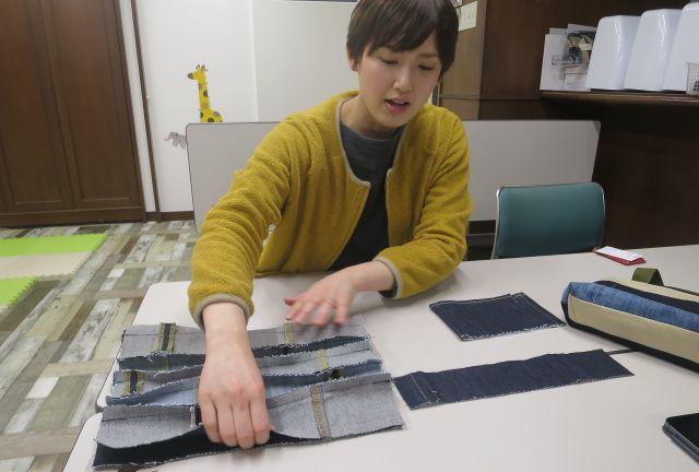 ハギレをつなぎ合わせていく過程について説明する米田さん