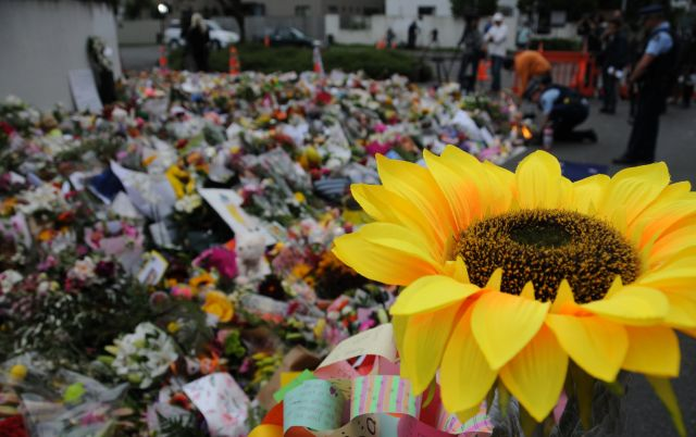 銃乱射事件のあったヌールモスク近くは、献花された花々でいっぱいだった=2019年3月、飯島健太撮影