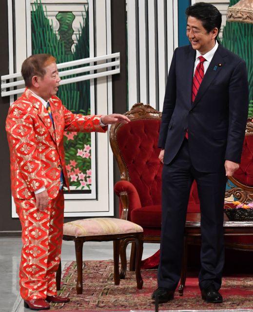 吉本新喜劇の舞台に登場した安倍晋三首相と、社長役の池乃めだかさん=4月20日午後4時50分ごろ、大阪市中央区