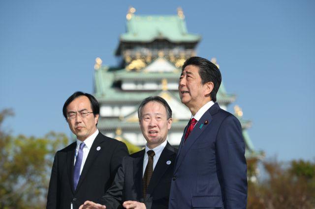 G20サミット会場となる大阪城(後方)西の丸庭園の大阪迎賓館を視察する安倍首相=4月20日午後3時35分、大阪市中央区