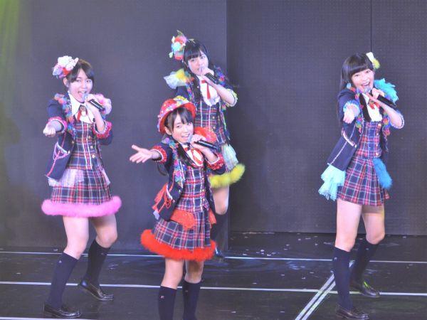 2周年記念公演 加入間もない矢吹奈子さん(中央)のバックに、多田愛佳さん指原さん