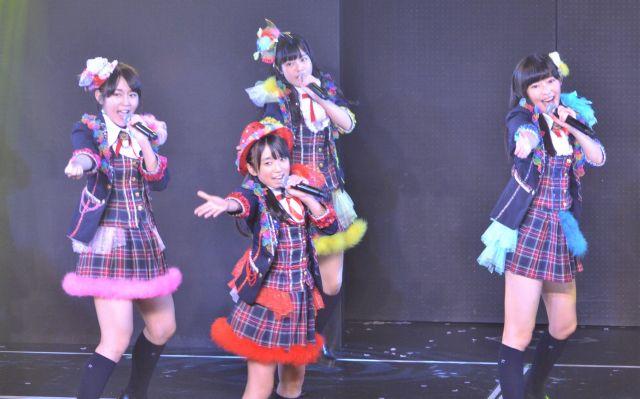 2013年11月のHKT劇場2周年記念公演。加入間もない矢吹奈子さんと、指原さん(右)、同じくAKB48から移籍した多田愛佳さん(左)。多田さんもチームK4キャプテンとして、多くのメンバーに愛されながら、若いメンバーの成長をあと押ししました