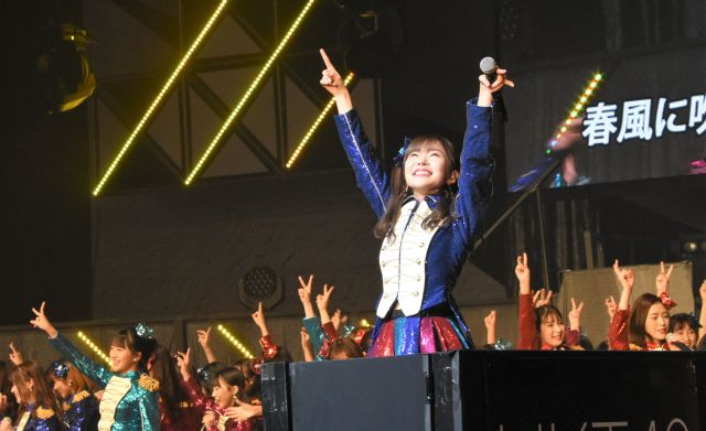 2018年12月、指原さんが卒業を発表したTDCホールでのライブ。トロッコで客席を移動しながら観客を煽る指原さん
