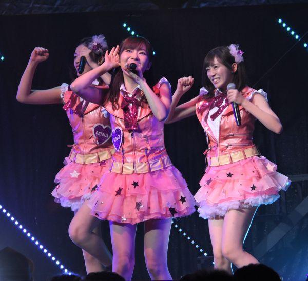 2018年12月、指原さんが卒業を発表したTDCホールでのライブ。ステージでメンバーと歌う指原さん